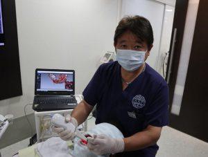 東上野歯科クリニックにて治療中の院長